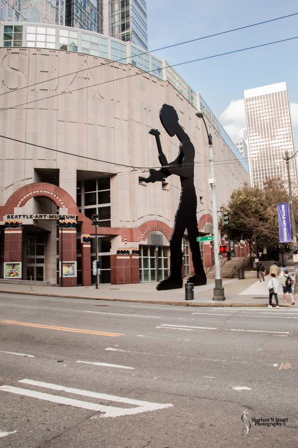 The Seattle Art Museum with the huge mechanical statue outside its entrance.